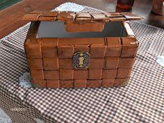 Aprendiz: cofre hecho con caja de Campurrianas y tiras de papel