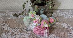 Jag har virkat några små hjärtan. Gjorda i Tildagarn med virknål nr 2,5. Du kan göra två olika varianter av hjärta, mönstret här nedan g... Knitted Heart, Different Textures, Paracord, Cute Animals, Crochet Patterns, Arts And Crafts, Kids Rugs, Knitting, Diy