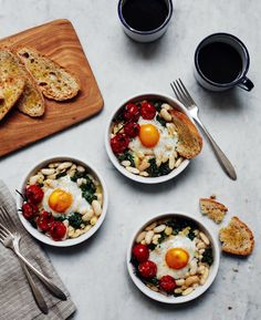 Baked eggs with white beans and roasted tomatoes sunday suppers egg recipes, brunch I Love Food, Good Food, Yummy Food, Tasty, Vegetarian Recipes, Cooking Recipes, Healthy Recipes, Egg Recipes, Brunch Recipes
