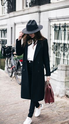 5 Edgy Street Style Tricks With Beatrice Gutu - structured coat and hat with skinny jeans and sneakers Outfit Jeans, Tomboy Outfits, Tomboy Fashion, Fashion Outfits, Womens Fashion, Tomboy Style, Comfy Outfit, Black Hat Outfit, Style Fashion