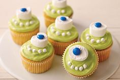 Try these One-Eyed Monster Cupcakes that are more fun than scary. These One-Eyed Monster Cupcakes are also more fun than difficult to decorate! Swap out green food coloring for a color of your choice to help personalize these cuties. Kraft Foods, Kraft Recipes, Halloween Desserts, Postres Halloween, Halloween Treats, Halloween Party, Halloween Cupcakes Decoration, Halloween Cupcakes Easy, Scary Halloween