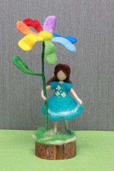 Nadel gefilzt Puppe Mädchen mit Blume, Nadel gefilzt waldorfpuppe Mädchen mit Blume, Wolle Puppe Mädchen mit Blume, weiche Skulptur Nadel gefilzt Puppe Mädchen ist etwa 5,5 (14 cm) hoch Nadel gefilzte Blüte ist etwa 9,5 (25 cm) groß. Nadel gefilzt Puppe Mädchen mit Blume ist auf