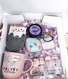 Diy Gifts For Friends Birthday Box 22 Best Ideas Cute Birthday Gift, Birthday Gift Baskets, Diy Gift Baskets, Birthday Gifts For Best Friend, Diy Gifts For Friends, Christmas Gifts For Friends, Xmas Gifts, Cute Gifts, Valentine Day Gifts