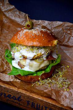 """Z racji tego, że na moim blogu publikowane były przepisy na domowy i zdrowy fast-food, stwierdziłam, że musi pojawić się taka kategoria! Przepisy znajdujące się w tej kategorii znajdziecie w rubryce """"DANIA"""". Dzisiaj kolejny przepis z tej serii. Pora na domowy, pyszny i zdrowy FIT burger z indyka. Były już wersje rybne i wegańskie (warzywne), …"""