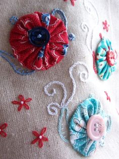 Tea_cozy_with embroidered suffolk puff teapots; look for tea cozy pattern & make yo yos to match
