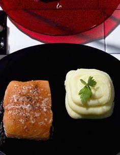Recette Saumon à l'unilatérale et purée à la Robuchon : Faites cuire 1 kg de pommes de terre BF15 avec la peau. Egouttez-les, pelez-les encore tièdes et ...