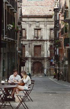 Me encantó Pamplona, debe ser una ciudad ideal para ser estudiante :) callejeamos a gusto y encontramos unas cuantas tiendas especiales, de las que por aquí no encuentro. No conozco a la parejita, pero me la traje a casa. Para LVM