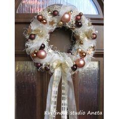 "Adventní věnec na dveře ""Trendy"" skořicový Ornament Wreath, Ornaments, Christmas Wreaths, Holiday Decor, Trendy, Crafting, Christmas Decorations, Ornament, Decor"