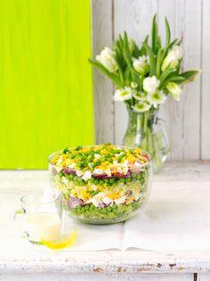 Schichtsalat mit Zwiebeln, Ei, Speck, Erbsen und Käse | Zeit: 30 Min. | http://eatsmarter.de/rezepte/schichtsalat-mit-zwiebeln-ei-speck-erbsen-und-kaese