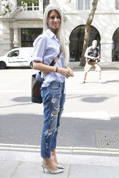 Sarah Harris, light blue shirt with rolled up sleeves, boyfriend jean, piton high heels. Blue Shirt Outfits, Cool Outfits, Summer Outfits, Casual Outfits, Nyfw Street Style, Street Chic, Street Style Women, Sarah Harris, Vogue Uk