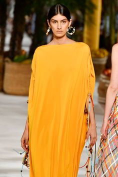 The 7 Biggest Color Trends of Spring/Summer 2020 2020 Fashion Trends, Spring Fashion Trends, Spring Trends, Fashion 2020, Girl Fashion, 70s Fashion, Runway Fashion, Rosa Coral, Mode Editorials