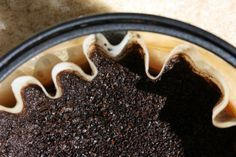 Le marc de café est le résidu de l'infusion du café, celui que vous buvez tous les matins et qu'il serait bête de continuer de jeter, quand on connait tous ses principes actifs ou ses propriétés...