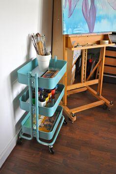 Multifunctionele turquoise trolley past in iedere ruimte Art Studio Room, Art Studio Design, Art Studio At Home, House Studio, Painting Corner, Art Corner, Painting Studio, Dot Painting, Art Supplies Storage