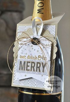 Bag Boxes Trend - idea for bottle tag ♥ the bag-boxes have been stalking us for longer and with more insistence of what we think, so it's not crazy to say that 2018 will finally be your moment. Wine Bottle Tags, Wine Tags, Wine Bottle Crafts, Christmas Wine, Christmas Gift Tags, Xmas Cards, Christmas Events, Christmas Quotes, Christmas Morning