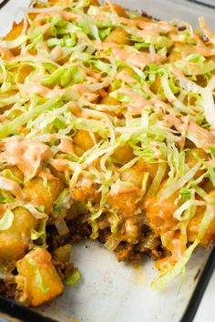 Big Mac Tater Tot Casserole is an easy dinner recipe that starts out with a base of ground beef, onions and dill pickles, all tossed in a copycat Big Mac sauce, and then topped with cheddar cheese and tater tots. Cassoulet, Easy Casserole Recipes, Recipes With Tater Tots, Tator Tot Casserole Recipe, Tater Tot Bake, Cheeseburger Tater Tot Casserole, Taco Bake, Hamburger Casserole, Ground Beef Casserole