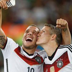 Bastian Schweinsteiger gab heute bekannt, nicht mehr in der Nationallmannschaft zu spielen. Sein Kollege und Freund Lukas Podolski verabschiedet sich: http://www.erdbeerlounge.de/stars/promis/deutsche-promis/lukas-podolski-ruehrende-worte-an-schweini/
