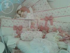 Kit Berço e acessórios Tema Boneca Floral Confecção: Alba Baby Decorações (15)32027850 Toddler Bed, Alice, Floral, Furniture, Home Decor, Doll, Bedroom Decor, Toddler Girls, Home