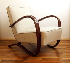 A pair of restored H269 lounge chairs from the early thirties by Jindrich Halabala (Czech Republic) adorn the living room.