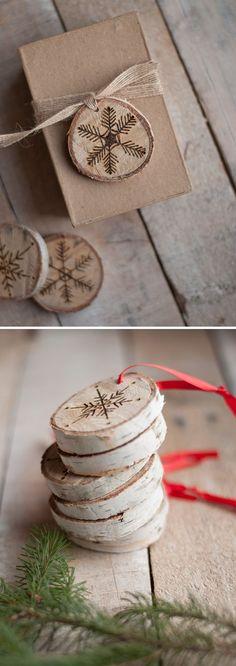 Houtschijfjes als kerstdecoratie, wensschijfjes.  www.decoratietakken.nl