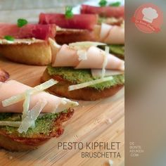 DeBonteKeuken: Bruschetta pesto kipfilet (stokbrood, , knoflook, olijfolie, pesto, kipfilet, Parmezaanse kaas, makkelijk, simpel, borrelhapje, kerst, snack)