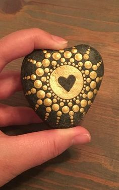 Steine bemalen und Mandala Bilder entstehen lassen – 42 mystische Beispiele manala patterned stones painted with gold heart Rock Painting Patterns, Rock Painting Ideas Easy, Dot Art Painting, Rock Painting Designs, Mandala Painting, Pebble Painting, Pebble Art, Stone Painting, Painting Stencils