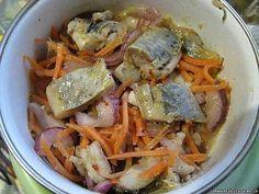 """Селедка """"ХЕ"""" - обалденно вкусно! Нам потребуется: сельдь св. мороженная 3 шт морковь 3 шт лук репчатый 2 шт чеснок 2 зубчика уксус 9% 200 мл соль 1 ч.л масло растительное 2 ст.л соевый соус 4 ст.л кунжут 2 ст.л Селёдку разморозить, почистить от костей и нарезать на кусочки. Залить селёдку уксусом и оставить на 30 минут. Лук нарезать полукольцами, морковь натереть на тёрке для корейской моркови. Чеснок почистить и пропустить через пресс. Слить с селёдки уксус (можно откинуть на дуршлаг, а я…"""