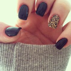 Black nails with leopard accent ring finger nail. I want matte finish though. Unhas pretas, design de leopardo no dedo anelar e acabamento fosco. Love Nails, How To Do Nails, Fun Nails, Pretty Nails, Sassy Nails, Gorgeous Nails, Chic Nails, Amazing Nails, Fabulous Nails