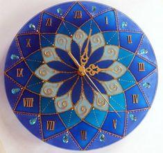 Relógio em vidro de 25cm de diâmetro. Pintura vitral, decorado com pedrinhas em acrílico azul e tinta relevo dourada. Funcionamento: uma pilha, tamanho AA, de 1.5v. R$ 75,00