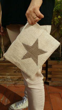 Emelir: Clutch en beig con estrella marrón.