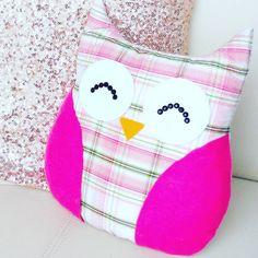 Você pode comprar sua almofada de coruja ou confeccioná-la artesanalmente, confira diversos modelos e tutoriais antes de fazer sua escolha.