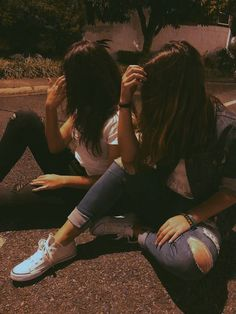 i want a mate i can be gay asf w like skyler and alexa are in my head Cute Friend Pictures, Cool Girl Pictures, Friend Photos, Friend Poses Photography, Teenage Girl Photography, Photography Gloves, Photography Jobs, Photography Awards, Photography Business
