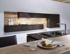 Cuisine design avec îlot alliant la céramique et le bois par ALNO