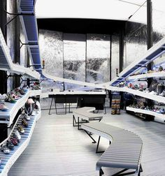Shop design pictures of Munich Sports Barcelona by BailoRull ADD - Shop Design Gallery Shoe Store Design, Retail Store Design, Retail Shop, Belt Display, Showroom, Store Window Displays, Conveyor Belt, Picture Design, Magazine Design
