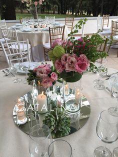 Centro de mesa liciantus y rosas #weddingflowers #suculents