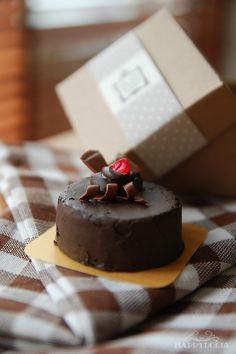 Sweets Miniature - Chocolate Cake with box Diy Doll Miniatures, Polymer Clay Miniatures, Barbie Food, Doll Food, Tiny Food, Fake Food, Mini Pastries, Polymer Clay Cake, Miniature Food