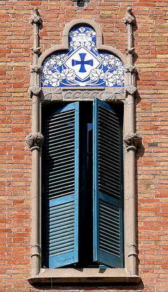 Lisboa - window with a templar cross #Portugal