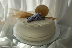 first communion cake First Communion Decorations, First Communion Cakes, First Holy Communion, Beautiful Cake Designs, Gorgeous Cakes, Religious Cakes, Confirmation Cakes, Biscuits, Creative Cakes