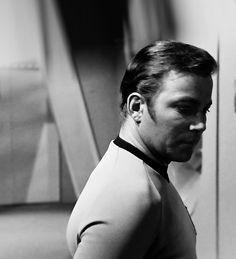 Star Trek: Rare shot of Shatner on the set. Star Trek 1966, Star Trek Tv, Star Terk, Star Trek Theme, James T Kirk, I See Stars, Star Trek Original Series, William Shatner, Star Trek Universe