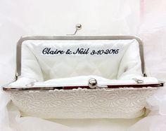 Erstellen Sie Ihre eigene Foto-Kupplung! Personalisiert Ihre Hochzeitssuite oder Brautjungfern Kupplungen mit ein Foto, um eine einzigartige Erinnerung an Ihren großen Tag! Wir zählen Ihr Engagement-Foto oder ein Foto, das Sie auf das Futter der Tasche Clutch ANGEE W. Schatz.  Auf großen Hochzeits-Websites und Blogs wie Emmaline Braut, südlichen Hochzeiten und Style Me Pretty gekennzeichnet, wird das personalisierte Foto Futter Dienst Ihres wertvollen Fotos in Ihrer Hochzeits Kleidung…