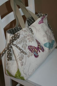 icu ~ Création personnalisée - 2 - Atelier Chiffons - Meljomath - in 2020 (With images) Sacs Tote Bags, Tote Purse, Patchwork Bags, Quilted Bag, Diy Sac, Handmade Purses, Couture Sewing, Craft Bags, Purse Patterns