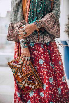 Bohemian style hippie chic vintage look ❤️ Boho Chic Gypsy Jewelry Hippie Style, Estilo Hippie Chic, Gypsy Style, Boho Gypsy, Boho Style, Hippie Bohemian, Bohemian Fashion, Bohemian Clothing, Vintage Hippie