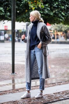Wool blend coat from Gina Tricot, turtle from Filippa K, denim from Levis and bag from Céline.