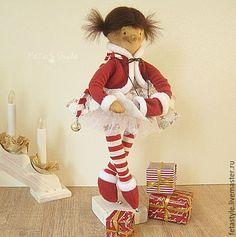 Купить или заказать Кукла текстильная Помощница Санты в интернет-магазине на Ярмарке Мастеров. Кукла текстильная Помощница Санты Новый Год 2017 Веселая девочка Помощница Санты или Деда Мороза. Помогает ему раздавать подарки детям Кукла текстильная интерьерная сшита из тонированной бязи, в платьице из хлопка со звездочками, подъюбник из фатина, в теплой шубке и сапожках, с муфточкой и в полосатых чулочках. С подарком от Деда Мороза, в ручках проволочный каркас, можно аккуратно менять их…