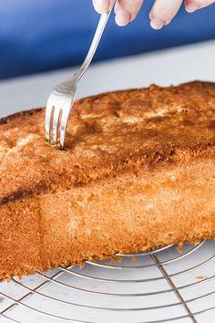 Entdecke dein neues Lieblingsrezept für den perfekten Zitronenkuchen. Unser Geheimtipp macht ihn richtig schön saftig. #klassikerkuchen #zitronenkuchen #einfachbacken #lemoncake #rührkuchen