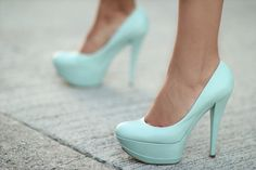 Tiffany blue shoes - I just love pumps that are solid and bright in color. You can wear any simple ensemble on top but once you pair it with awesome pumps like this it looks put together. Dream Shoes, Crazy Shoes, Me Too Shoes, Tiffany Blue Shoes, Tiffany Green, Moda Outfits, Mode Shoes, Blue Heels, Mint Heels