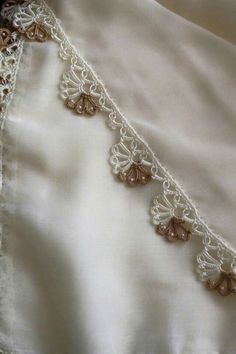 This Pin was discovered by HUZ Crochet Boarders, Crochet Lace Edging, Crochet Doilies, Crochet Flowers, Crochet Stitches, Knit Crochet, Embroidery Fashion, Hand Embroidery, Crochet Designs