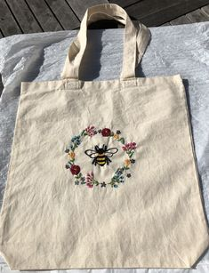 Embroidery Bags, Shirt Embroidery, Embroidery Hoop Art, Embroidery Stitches, Embroidery Patterns, Sewing Projects, Crafty, Handmade, Tote Bags