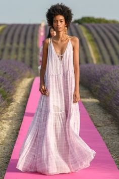 Jacquemus Spring 2020 Ready-to-Wear Fashion Show Jacquemus Spring 2020 Ready-to-Wear Collection - Vogue Vogue Fashion, Fashion Week, Fashion 2020, Runway Fashion, Boho Fashion, Fashion Dresses, Fashion Design, Fashion Trends, London Fashion