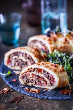 Jauheliha-munakasrulla // Omelette Roll with minced meat, meat pie Savory Pastry, Savoury Cake, Fodmap Recipes, Lunches And Dinners, Salmon Burgers, Tapas, Good Food, Food And Drink, Appetizers