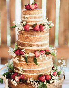 Inspirações para um casamento rústico: naked cake com morangos